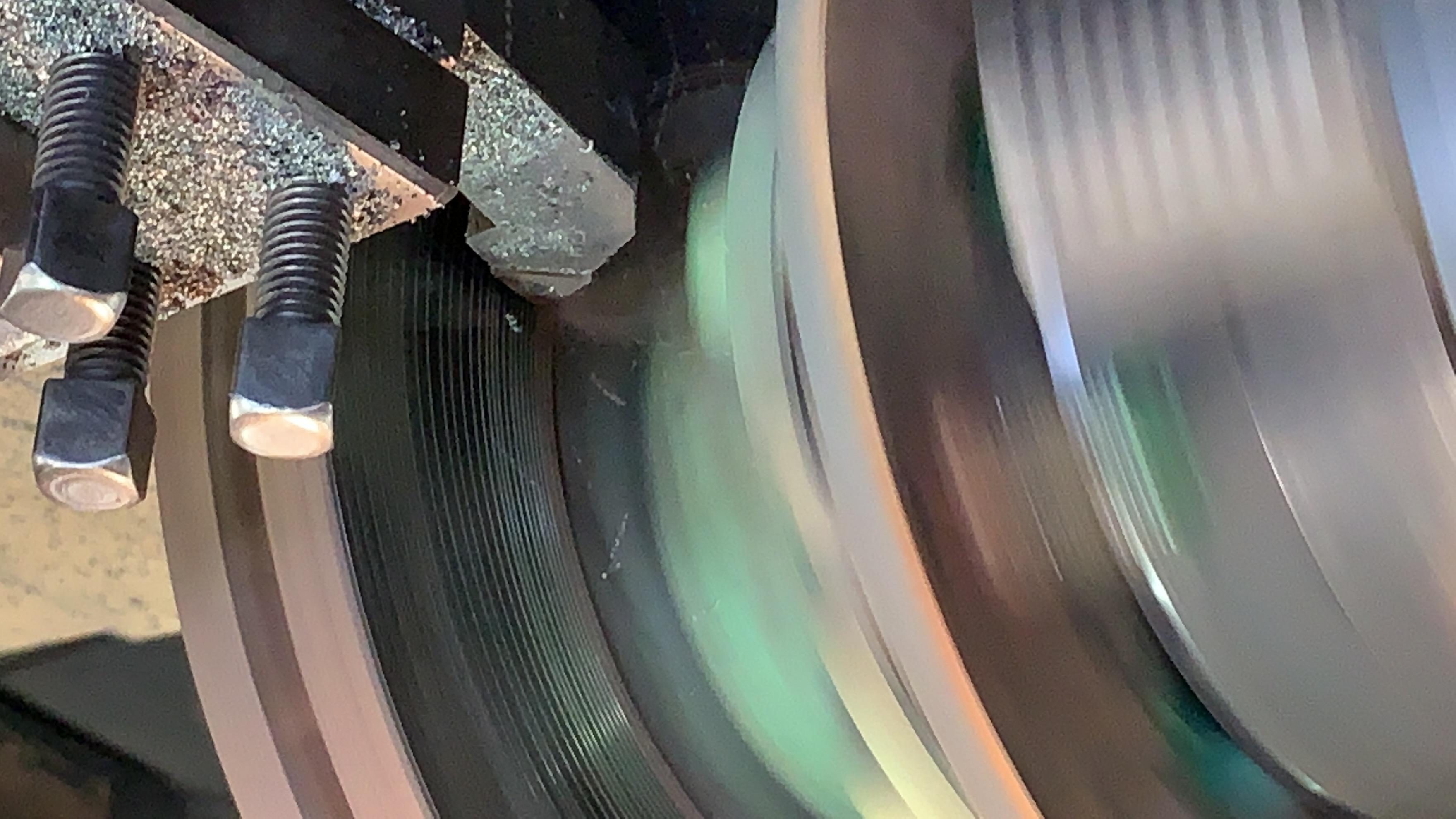 フロントディスクブレーキローターの研磨作業